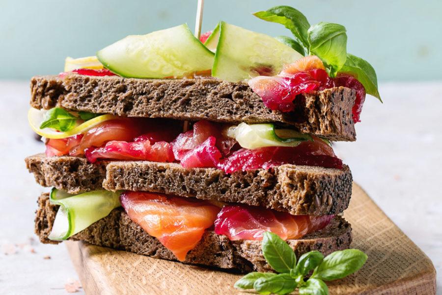 Club sandwich d'épeautre au saumon Gravlax, betterave et Wakamé