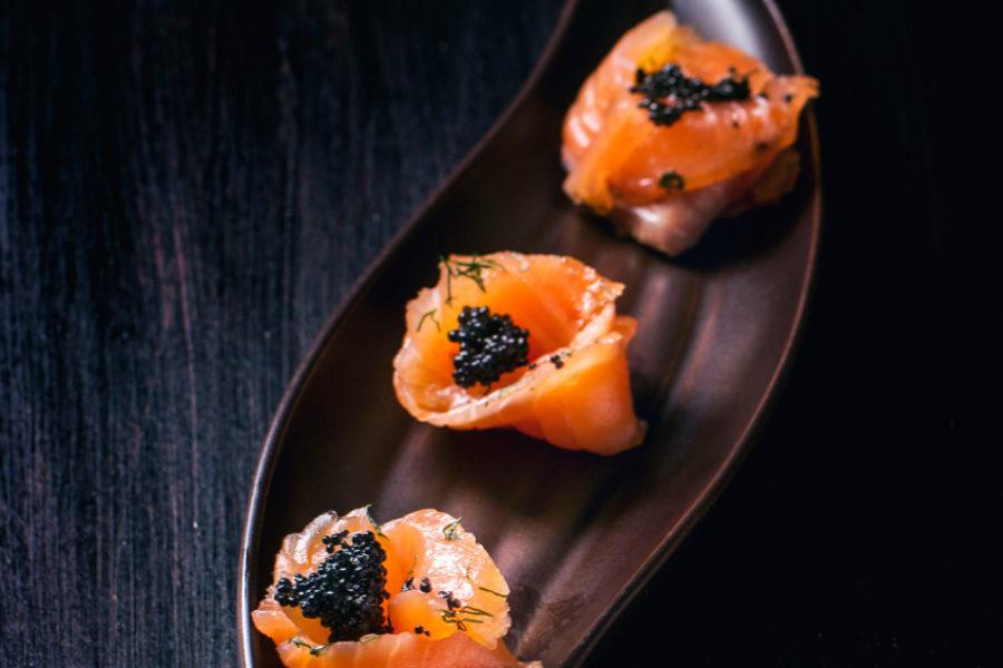 Roulés de saumon fumé au caviar